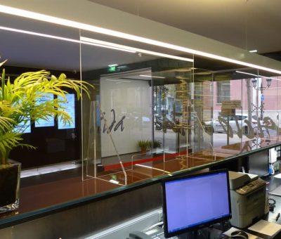 Mampara protectora anticontagios modelo standard instalada en Edificio Aida