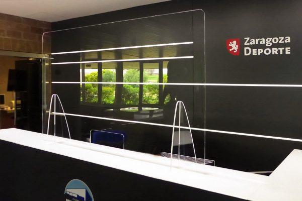 Mampara protectora anticontagio modelo standard instalada en mostrador recepción Pabellón Principe Felipe en Zaragoza
