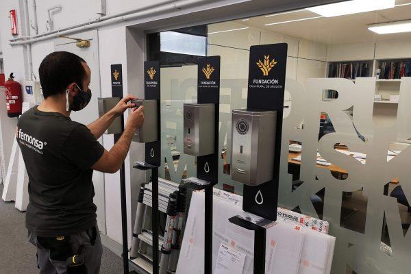 Trabajador de Femonsa ultimando los detalles de los dosificadores automáticos personalizados para Caja Rural de Aragón