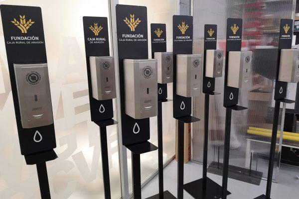 Dispensadores automáticos de gel hidroalcohólico listos para embalar y enviar a nuestro cliente Caja Rural de Aragón