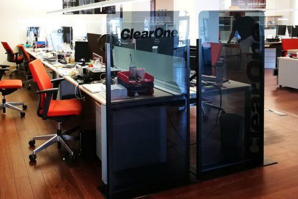 Biombo Separador anticontagio junto a mesas de oficina